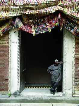 El Anatsui with Fresh and Fading Memories, Palazzo Fortuny, Venice, 2007. Photo by Susan Vogel.