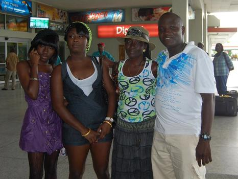 Tangeneka with her sister, mom, and brother at the Airport