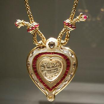 Taylor's Taj Mahal diamond pendant necklace is valued at between $300,000 and $500,000. It dates back to 1627-28 and was a 40th birthday present from Richard Burton.