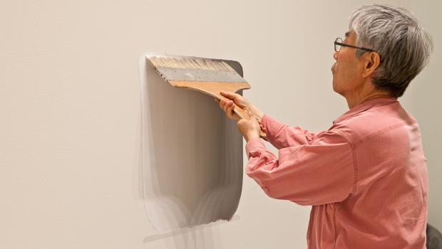 "Lee making ""Dialogue—space"" (2011)"