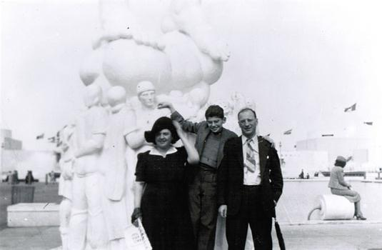 Ginsberg with his mother Naomi (left) and his father, Louis (right) at the World's Fair in 1940.