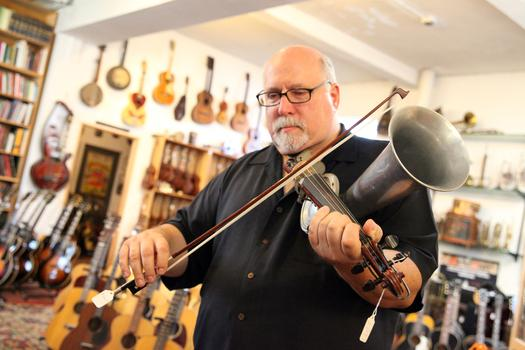 Steve Uhrik playing a Stroh violin.