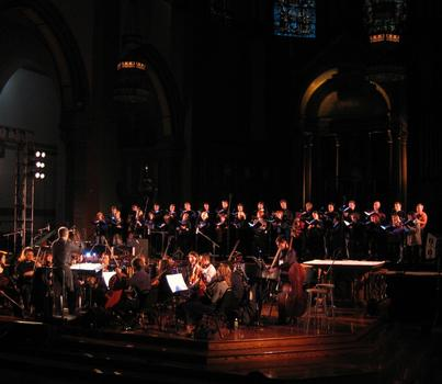 Jeffrey Milarsky conducting the Wordless Music Orchestra with the Latvian National Choir
