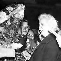 Anita Välkki receiving flowers at Royal Opera House, 1965