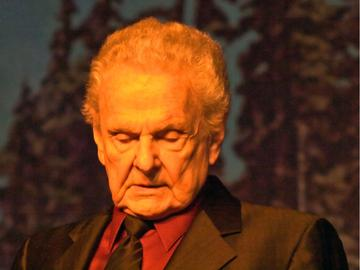 Ralph Stanley reflecting on stage