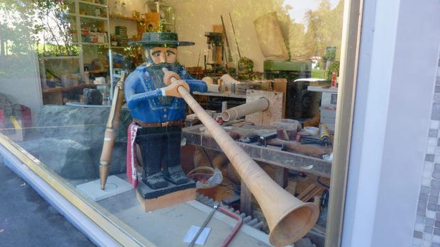 Looking into Bärtschi's workshop.