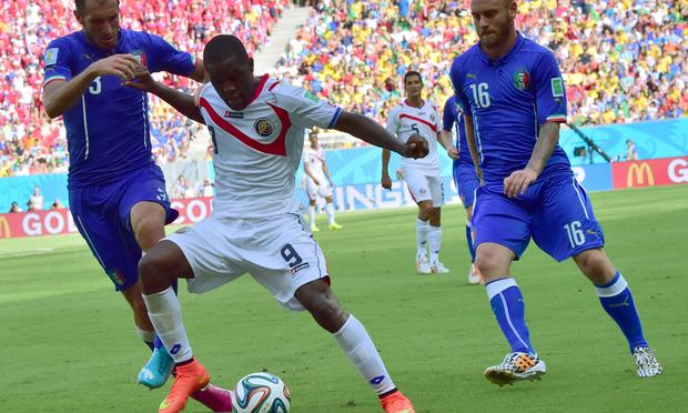 Costa Rica's Joel Campbell (C) vies for the ball against Italy's Giorgio Chiellini (L) and Daniele De Rossi at the Pernambuco Arena in Recife during the 2014 FIFA World Cup on June 20, 2014.