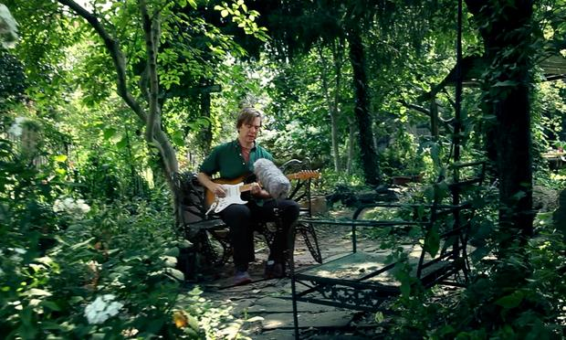 New York's brightly lit 6th & B Community Garden, with its lush greenery and mellow wildlife, provides just the right setting for Bill Callahan.