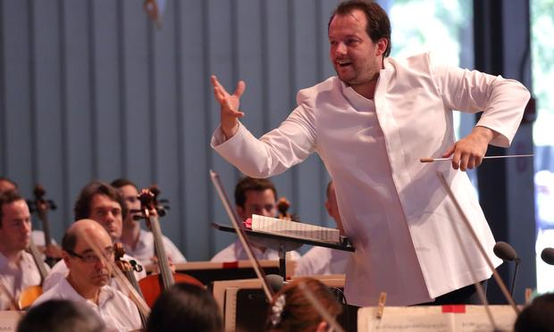 Andris Nelsons addresses the Tanglewood audience during a concert on Aug. 27, 2016.