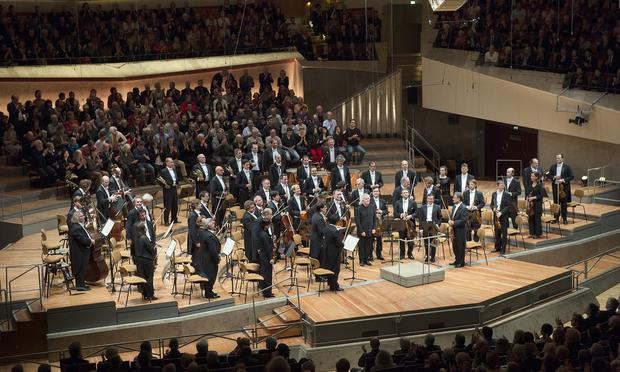 Simon Rattle leads the Berlin Philharmonic in one of Beethoven's symphonies.