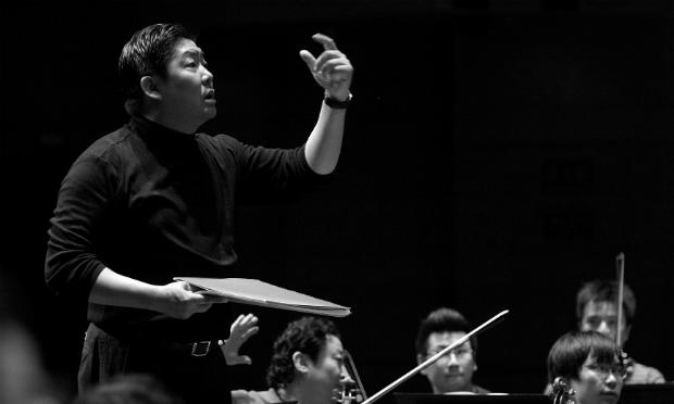 Yu Long rehearses with the China Philharmonic