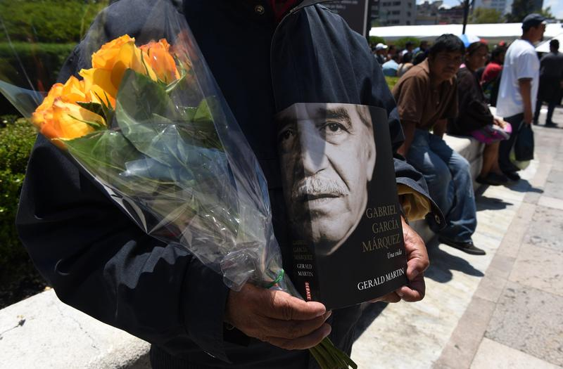 People wait outside the Fine Arts Palace in Mexico City on April 21, 2014 as a tribute is paid to late Colombian Literature Nobel Prize laureate Gabriel Garcia Marquez.