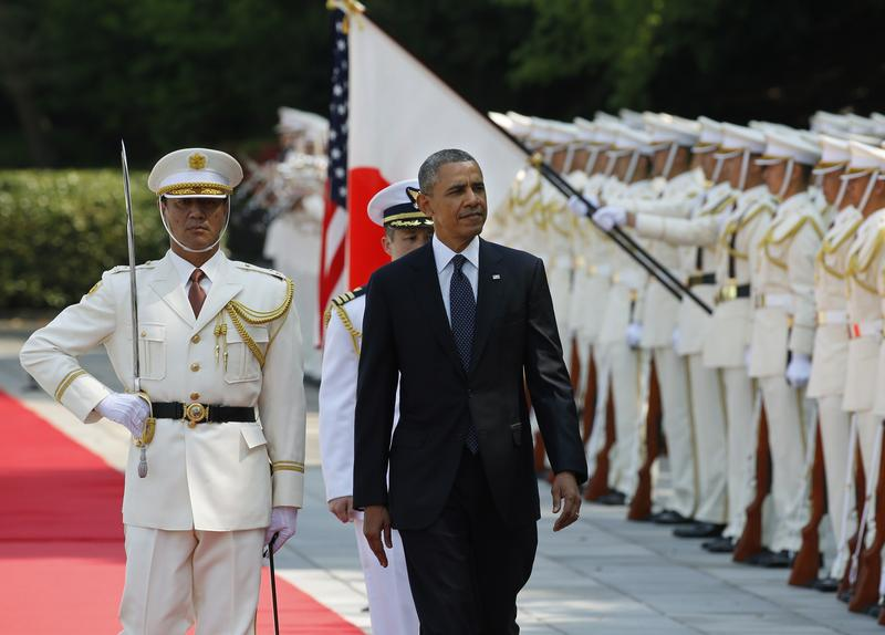 US President Barack Obama (C) reviews an honour guard during a welcome ceremony at the Imperial Palace in Tokyo on April 24, 2014.