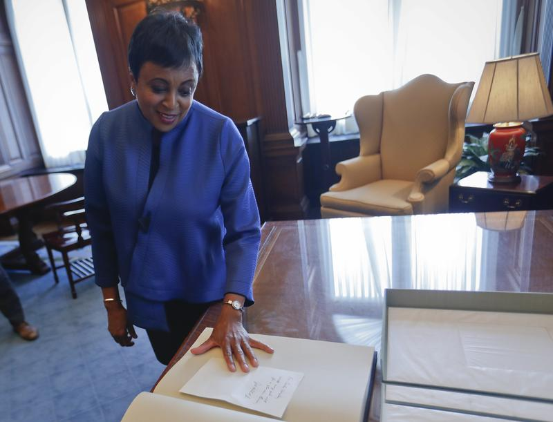 The new Librarian of Congress, Carla Hayden reads a handwritten note left to her by Chief Justice John Roberts after taking the oath of office, Sept. 14, 2016.