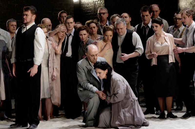 Leo Nucci as Nabucco, Dusica Bijelic as Anna, and Liudmyla Monastyrska as Abigaille in <em>Nabucco</em> at the Royal Opera House