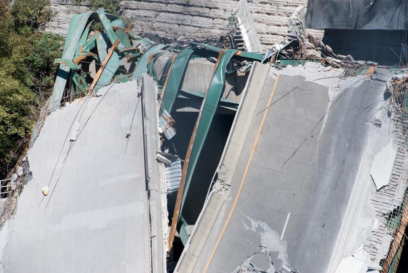 The I 35 bridge collapsed in 2007, spanning the Mississippi river in Minneapolis Minnesota.