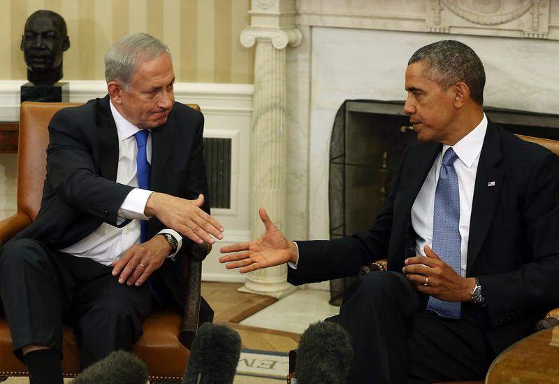 U.S. President Barack Obama (R) shakes hands with Israeli President Benjamin Netanyahu in the Oval Office, September 30, 2013 in Washington, DC.