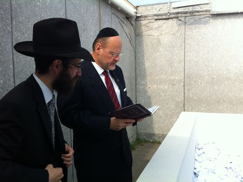 Republican mayoral candidate Joe Lhota visits the grave of Chabad-Lubavitch Rebbe Schneerson Sept 12.