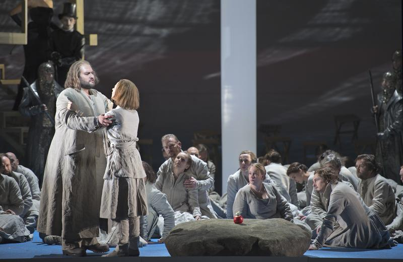 Nicola Alaimo as William Tell, Eugénie Warnier as Jemmy, and the Choir of the Dutch Opera in a production of Rossini's <em>William Tell</em>.