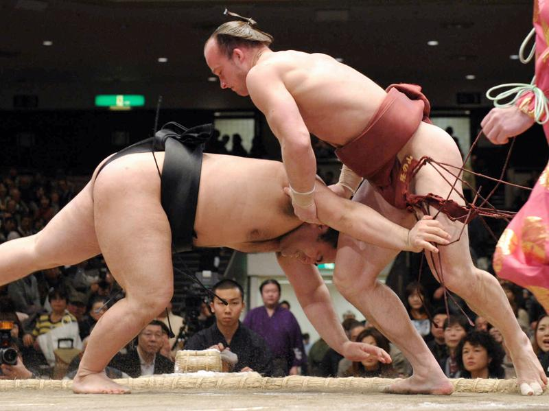 Czech sumo wrestler Takanoyama Shuntarō, whose real name is Pavel Bojar (right) throws his opponent during the Grand Sumo New Year Tournament in 2013.