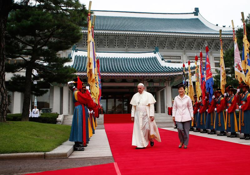 South Korean President Park Geun-hye (left) walks with Pope Francis before a welcoming ceremony at the presidential Blue House on August 14, 2014 in Seoul, South Korea. (Kim Hong-Ji/Getty Images)