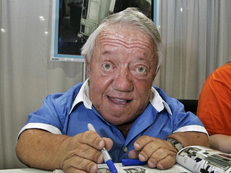 Kenny Baker, who portrayed the R2-D2 in the first Star Wars movie, signs autographs in 2007, at a Star Wars event marking the anniversary of the release of the first film in the Star Wars saga.