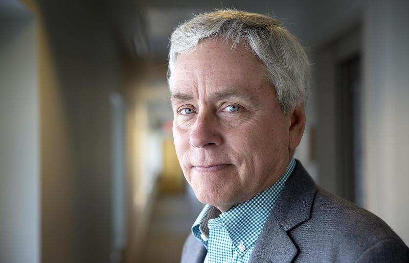Writer Carl Hiaasen at WBUR. (Robin Lubbock/WBUR)