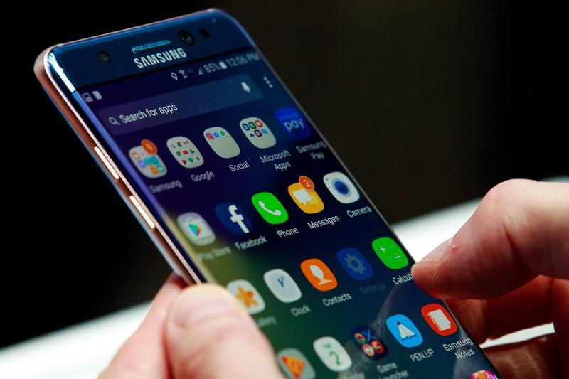 A man holds a Samsung Galaxy Note 7 during a launch event on Aug. 2, 2016 in New York. (Drew Angerer/Getty Images)