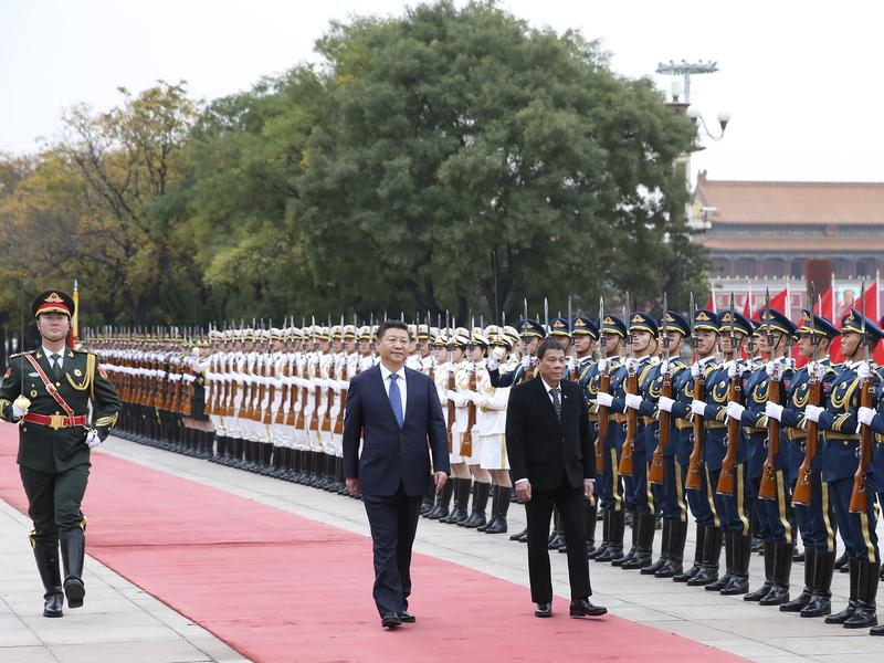 """Chinese President Xi Jinping (center) holds a welcome ceremony for visiting Philippine President Rodrigo Duterte before their talks in Beijing on Oct. 20. In remarks during his visit, Duterte said, """"I announce my separation from the United States. Both in military, not maybe social, but economics also."""""""