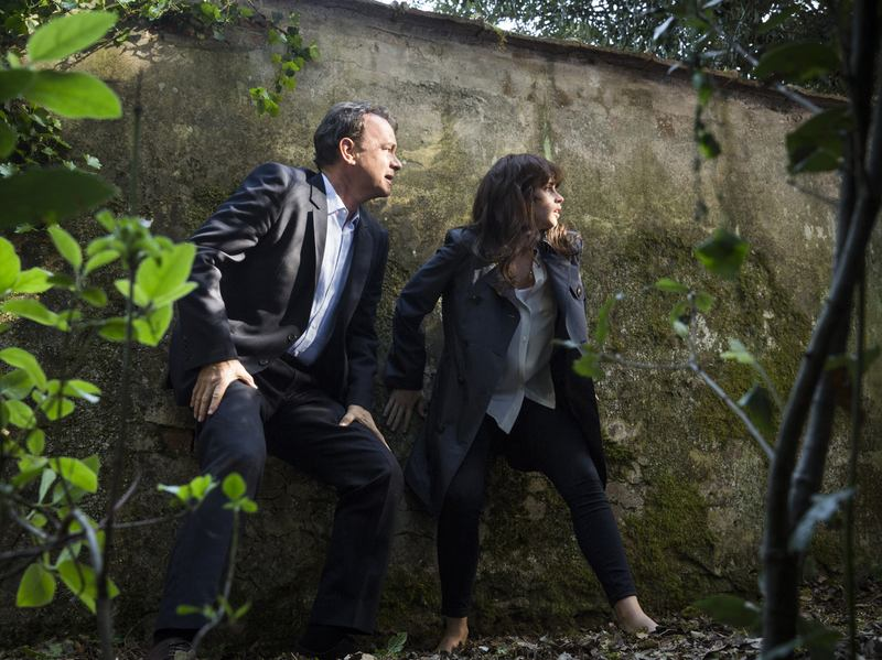 Robert Langdon (Tom Hanks) and Sienna Brooks (Felicity Jones) try to evade a drone in Boboli Gardens in <em>Inferno</em>.