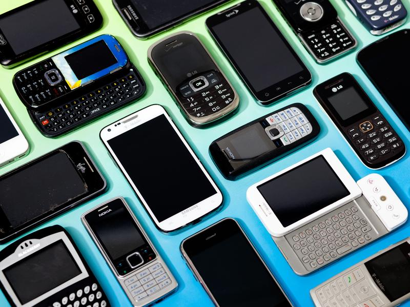 How long do Americans, on average, keep a phone before buying a new one?