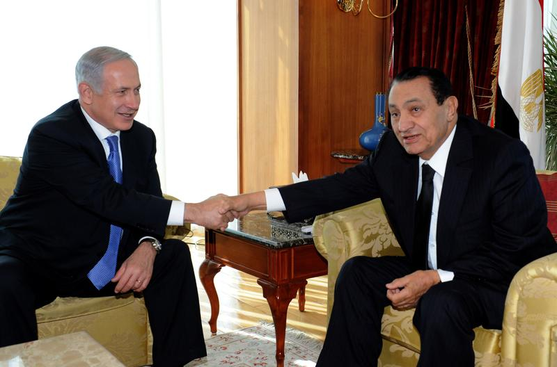Israel's Prime Minister Benjamin Netanyahu (L) shakes hands with Egypt's President Hosni Mubarak during their meeting on January 6, 2011 in Sharm el-Sheikh, Egypt.