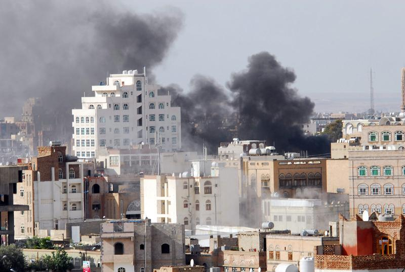 Smoke billows as fighting rages in the al-Hasaba neighbourhood of north Sanaa on May 24, 2011 with a missile slamming into the home of a dissident Yemeni tribal chief.