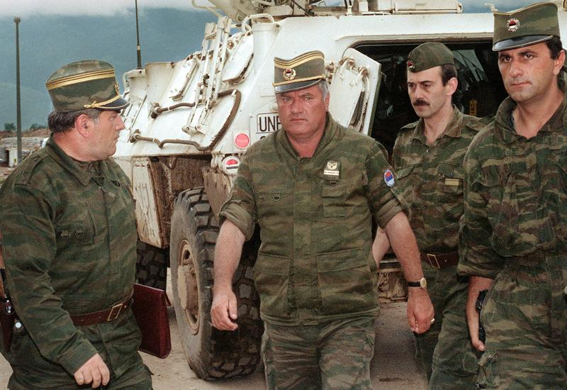 A picture taken on August 10, 1993 shows the commander of the Serbian forces in Bosnia General Ratko Mladic (center) arriving at Sarajevo airport to negotiate withdrawal of his troops from Mt. Igman.