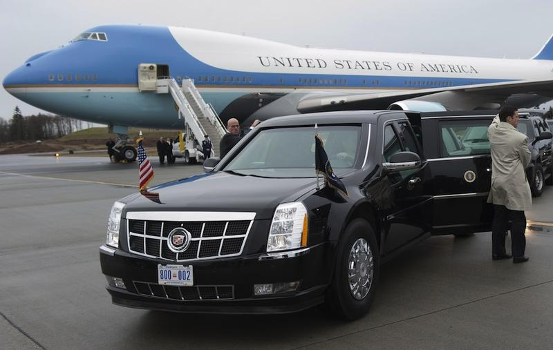 Secret Service agents hold open the doors on President Barack Obama's limousine alongside Air Force One upon arrival at Paine Field in Everett, Washington, February 17, 2012.