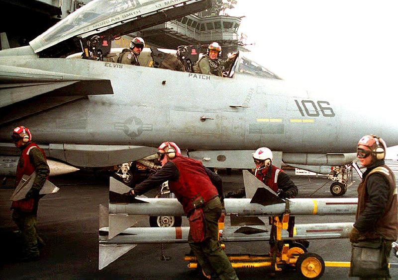 File Photo: Sailors aboard the aircraft carrier Kitty Hawk load bombs, 14 January 1993. U.S. Defense Secretary Dick Cheney said, 15 January, it was 'entirely possible' the US would strike Iraq again.