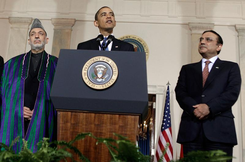 US President Barack Obama speaks while flanked by Afghan President Hamid Karzai (L) and Pakistani President Asif Ali Zardari (R).