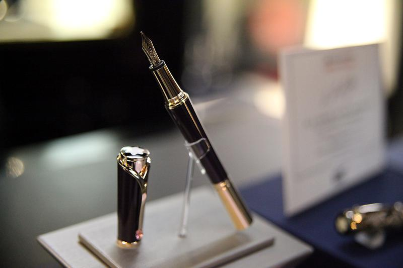 A fountain pen with a gold nib on display at the Fountain Pen Hospital.