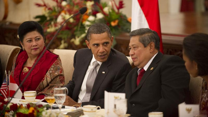 President Barack Obama speaks with Indonesian President Susilo Bambang Yudhoyono during a state dinner at the State Palace Complex Istana Merdeka in Jakarta on November 9, 2010.