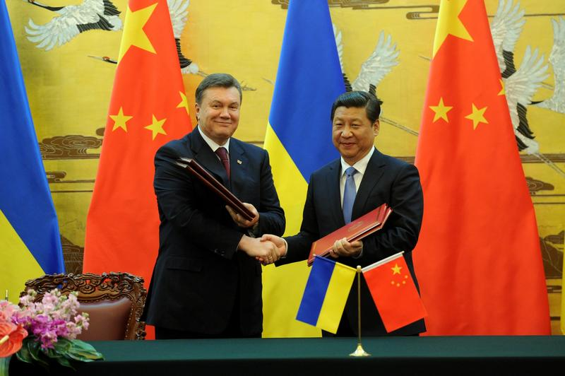 Ukrainian President Viktor Yanukovych (L) shakes hands with Chinese President Xi Jinping (R) during a signing ceremony at the Great Hall of the People in Beijing on December 5, 2013.