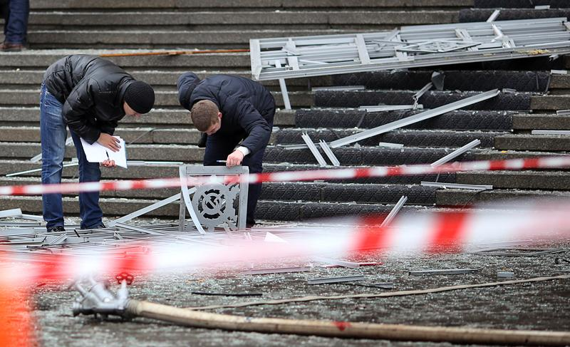 Russian police investigators collect evidence following a suicide attack at a train station in the Volga River city of Volgograd, about 900 kms (560 miles) southeast of Moscow, on December 29, 2013.