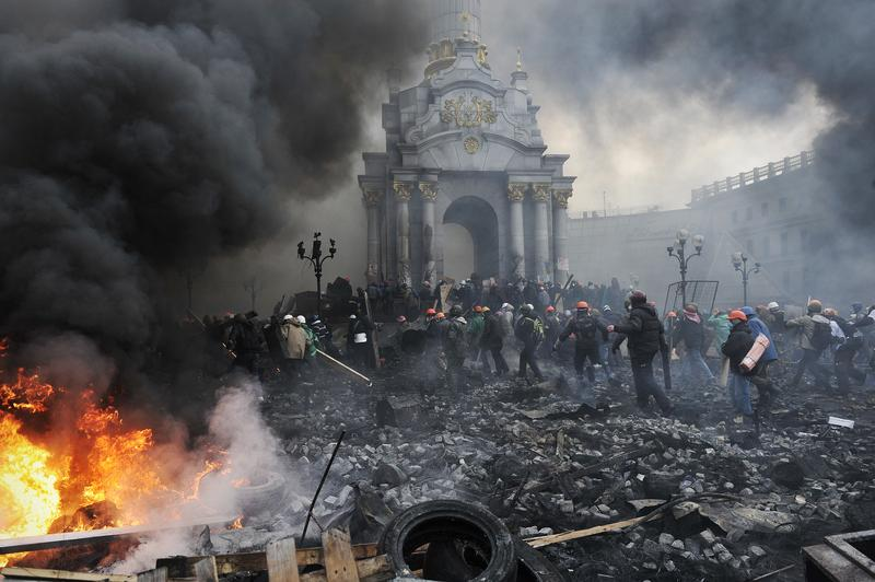 Protesters advance towards new positions in Kiev on February 20, 2014.