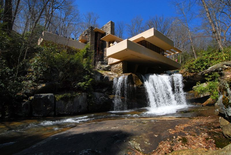 Bear Run: Fallingwater, primal Kaufmann-House, Architect: Frank Lloyd Wright, exterior view with the waterfall.