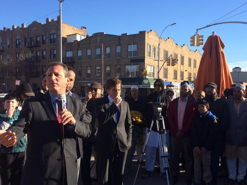 Councilman Brad Lander speaks to Muslim constituents in Brooklyn