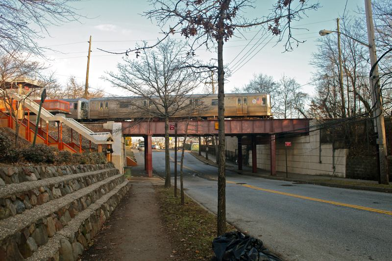 The Staten Island Railroad runs through Grasmere.