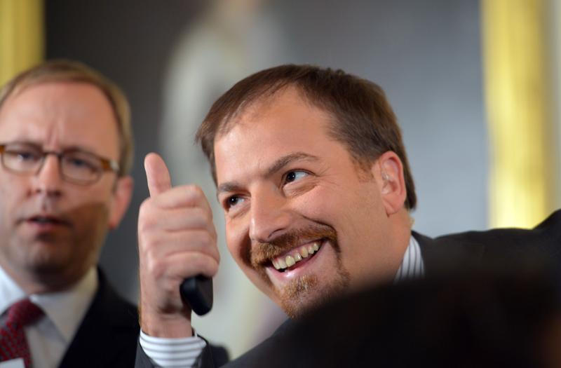 NBC News' Chuck Todd gives a thumbs up before US President Barack Obama makes his way to the stage for a press conference November 14, 2012.