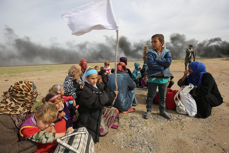 Displaced Iraqi families gather as they flee a military operation by Iraqi security personnel aimed at retaking areas from Islamic State group jihadists,in the desert west of Samarra on 3/3/16.