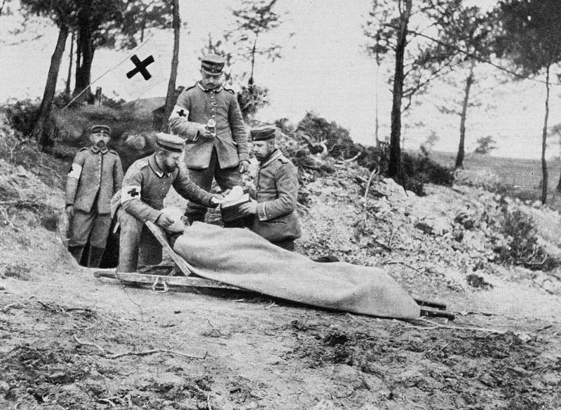 A wounded German soldier at a dressing station, World War I, 1915. A photograph from Der Grosse Krieg in Bildern.