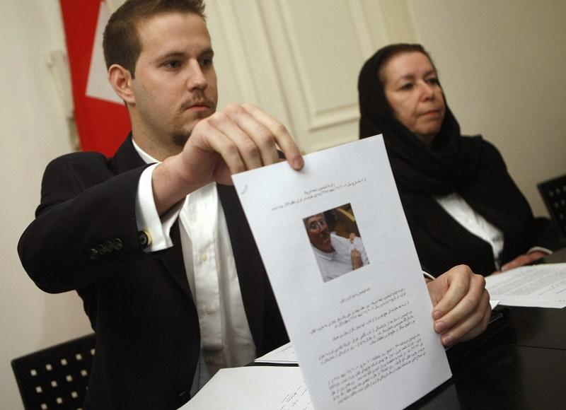 US Daniel Levinson (L) shows a picture of his father, ex-FBI agent Robert Levinson, holding his grandson Ryan during a press conference with his mother Christine at the Swiss embassy in Tehran, 12/07.