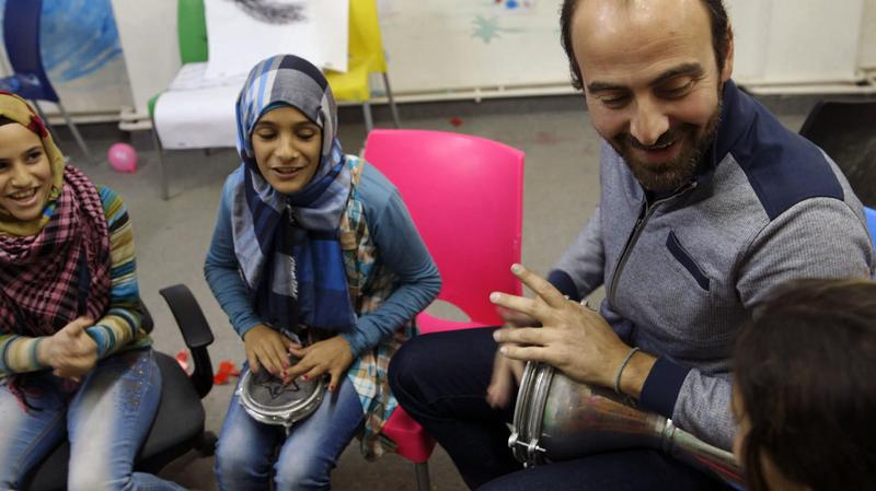 Kinan Azmeh teaching music in a Syrian refugee camp